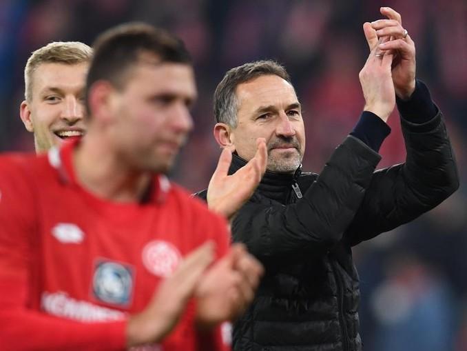 Unter Trainer Achim Beierlorzer (r) feierte der FSV Mainz 05 im zweiten Spiel den zweiten Sieg. /dpa