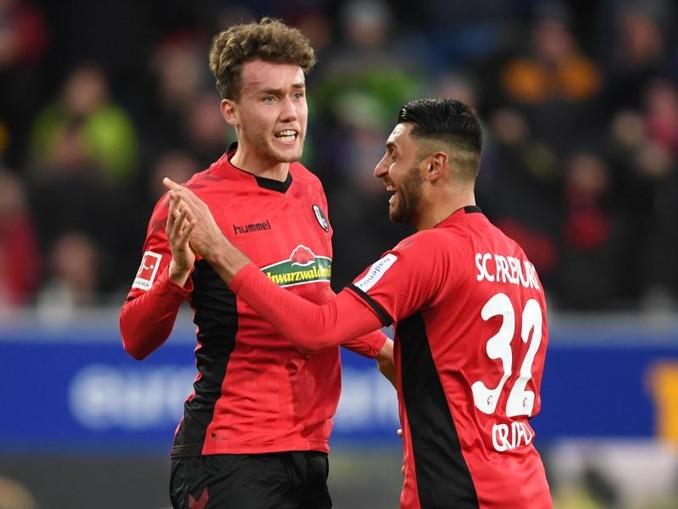Luca Waldschmidt (l) vom SC Freiburg kann sich vorstellen, in Zukunft für den SC Freiburg zu spielen. /dpa