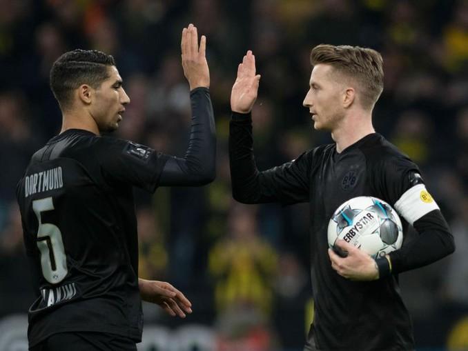 Mit Spielfreude zum höchsten Saisonsieg: Dortmunds Marco Reus (l) klatscht mit Achraf Hakimi nach einem Treffer ab. /dpa