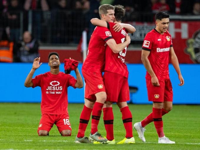 Leverkusens Spieler zeigen sich nach dem Spiel gegen Schalke über den Sieg erleichtert. /dpa