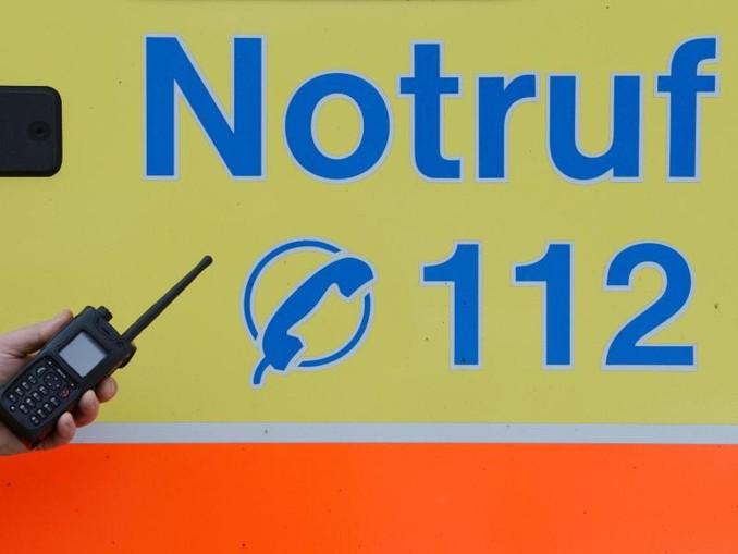 Ein Sanitäter vor einem Rettungswagen mit der Nummer des Notrufes. /dpa-Zentralbild/dpa/Symbolbild