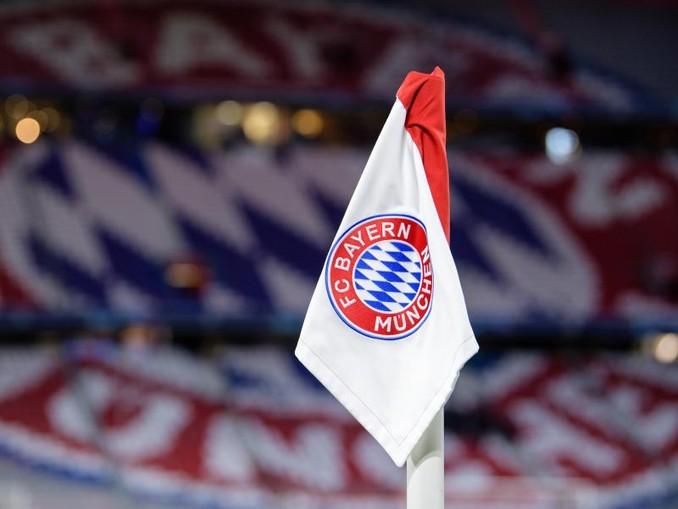 Das Logo des FC Bayern München auf einer Eckfahne in der Allianz-Arena. /dpa/Archivbild