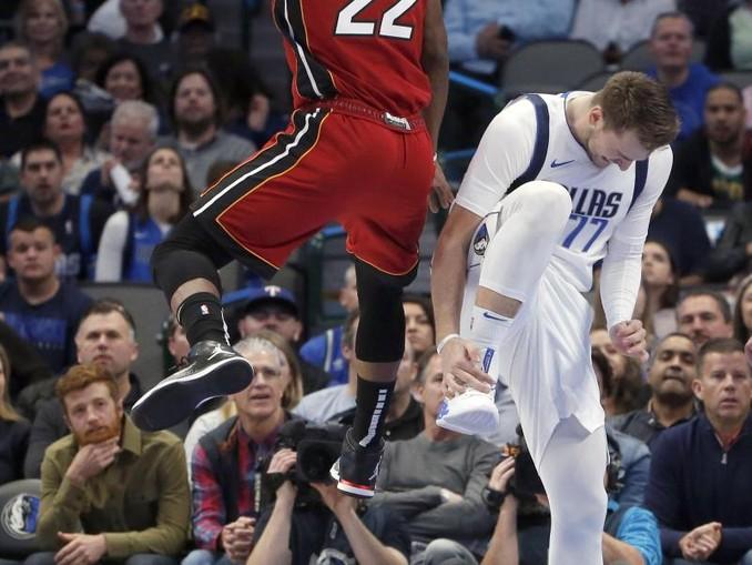 Mavericks-Starspieler Luka Doncic (r) verletzte sich am Sprunggelenk. /FR171389 AP/dpa