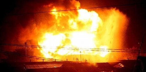 Größtes Benzindepot Indonesiens in Flammen