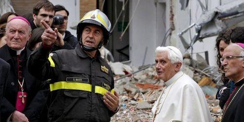 Papst Benedikt besucht das Erdbebengebiet