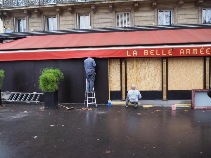 Arbeiter sichern die Terrasse des Lokals «La Belle Armée» ab, das bei Protesten am vergangenen Wochenende beschädigt worden war.
