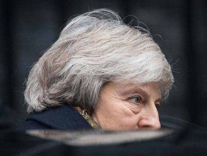 Theresa May steigt vor 10 Downing Street in einen Wagen. Die Premierministerin steht innnenpolitisch schwer unter Druck. /PA Wire