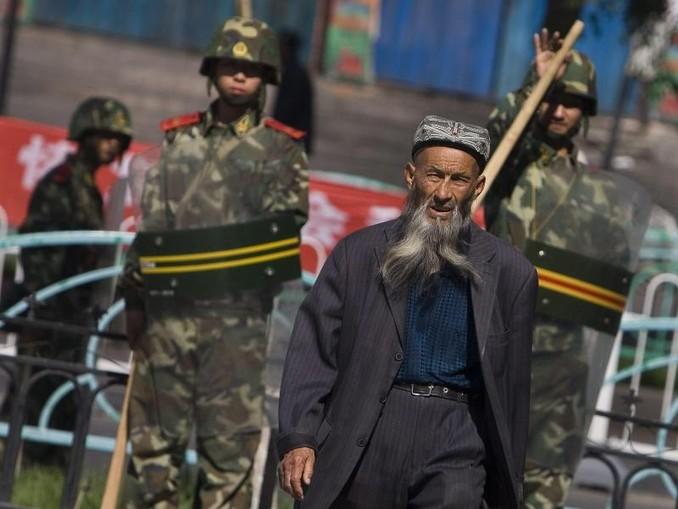 Von Sicherheitskräften beobachtet: Ein Angehöriger der uigurischen Minderheit in China. Foto: Diego Azubel/Archiv
