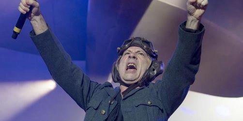 Bruce Dickinson freut sich noch immer über Merkel-Moment