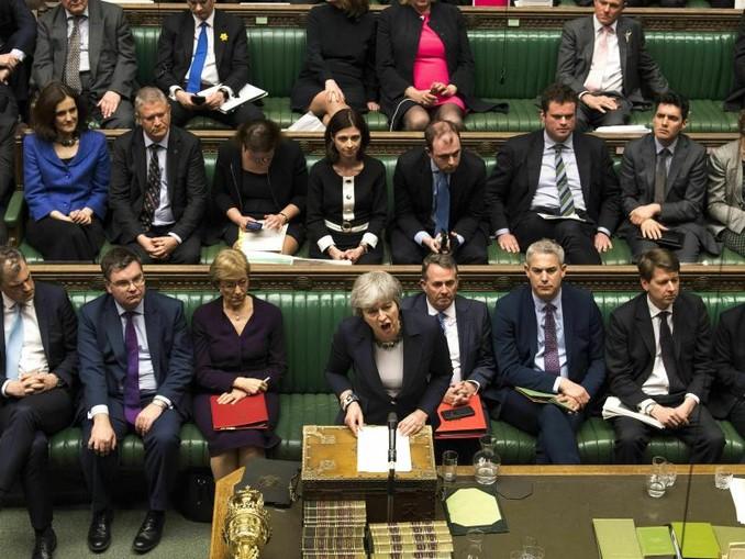 Theresa May (M) spricht vor dem britischen Parlament. /UK Parliament/AP