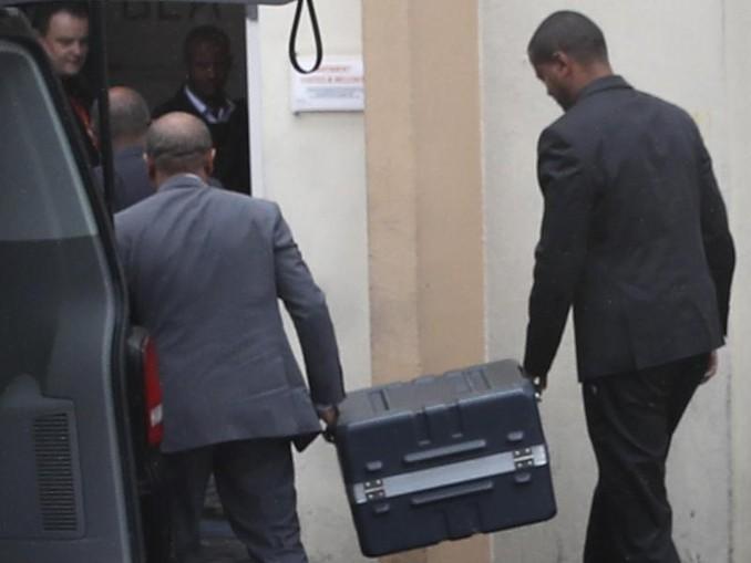 Der Koffer mit den Flugschreibern der abgestürzten Boeing 737 Max 8 wird in die französische Luftsicherheitsbehörde BEA gebracht. /AP