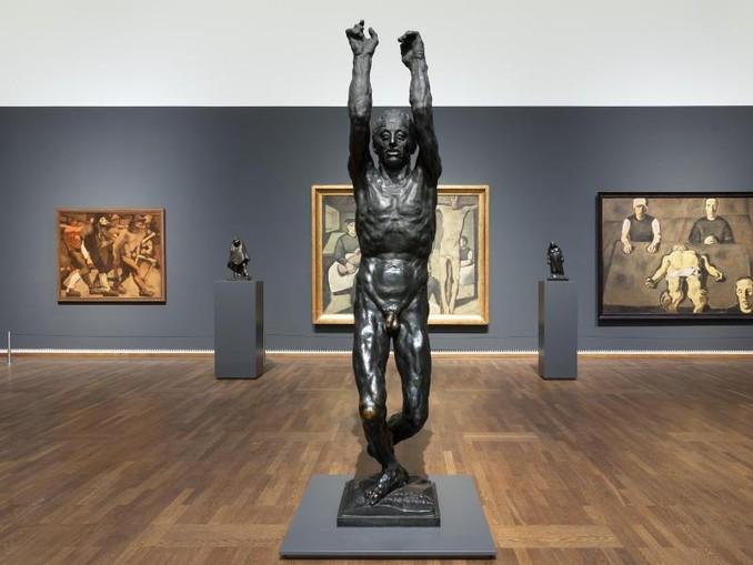 """Die Bronze-Skulptur """"Der brennende Mensch (Du brennst und verbrennst)"""", von Anton Hanak (1875-1934) in der neu konzipierten Dauerausstellung «Wien 1900. Aufbruch in die Moderne»."""