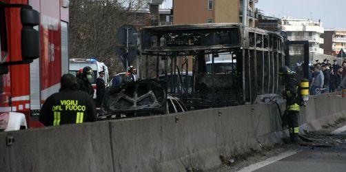 Mann steckt Schulbus in Italien in Brand - Kinder in Panik