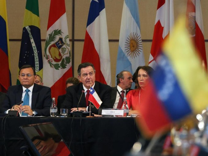 Chiles Außenminister Roberto Ampuero (2.v.l.) spricht bei dem Treffen der Lima-Gruppe in Santiago de Chile. /Agencia Uno