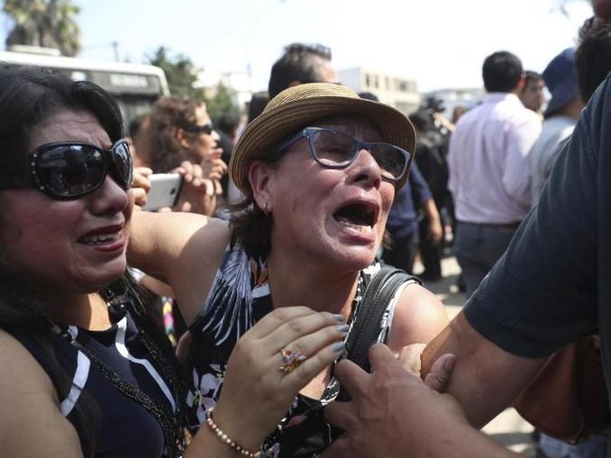 Entsetzte Anhänger des ehemaligen Präsidenten Garcia nach der Bekanntgabe von dessen Tod. /AP