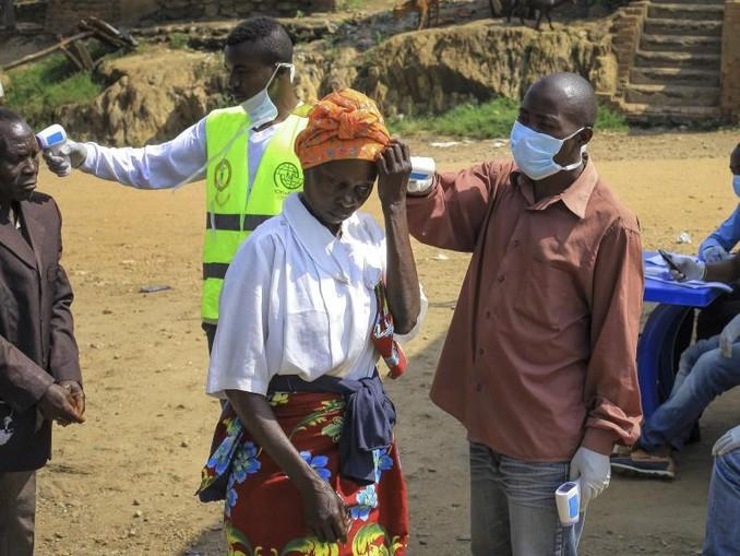 Am Grenzübergang Kasindi zwischen dem Kongo und Uganda wird die Körpertemperatur von Passanten gemessen. Nach Bekanntwerden der ersten aus dem Kongo eingeschleppten Ebola-Erkrankungen ins benachbarte Uganda war am Tag zuvor ein fünfjähriger Junge gestorben. /AP