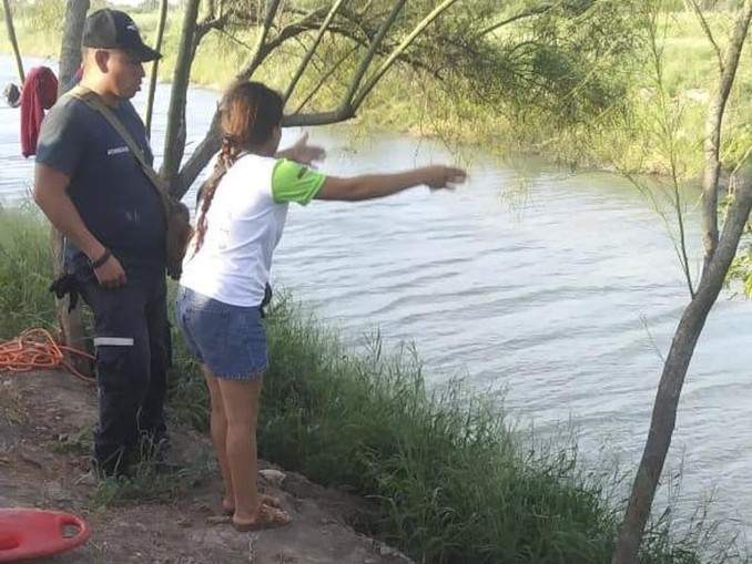 Die Ehefrau zeigt einem mexikanischen Beamten die Stelle, wo ihr Mann und ihre fast zweijährige Tochter beim Überqueren des Rio Grande verschwunden sind. Die Leichen der Ertrunkenen wurden rund 500 Meter entfernt entdeckt. /AP