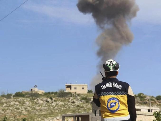 Ein Mitglied der syrischen Weißhelme. Foto: Syrian Civil Defense White Helmets/AP/Archiv