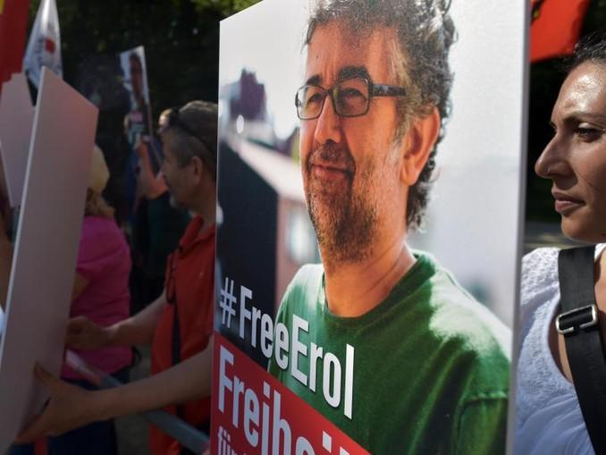 Aktivisten von Reporter ohne Grenzen und Amnesty International demonstrieren vor der Botschaft der Türkei mit einem Porträt von Erol Önderoglu.