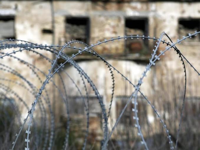 Stacheldraht in Nicosia in der von den UN kontrollierten Pufferzone. Das als «grüne Linie» bezeichnete Gebiet trennt die griechischen Zyprer im Süden von den türkischen im Norden. Foto:Petros Karadjias/AP