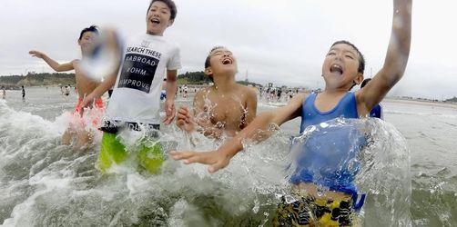 Japaner planschen nahe der Atomruine