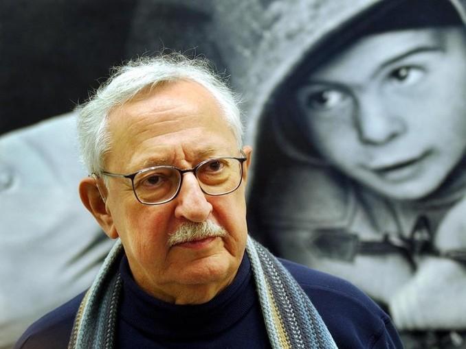 """Rob Gnant vor einem seiner Bilder in der Ausstellung «Fokus 50er Jahre. Yvan Dalain, Rob Gnant und """"Die Woche""""» 2003 in Winterthur."""