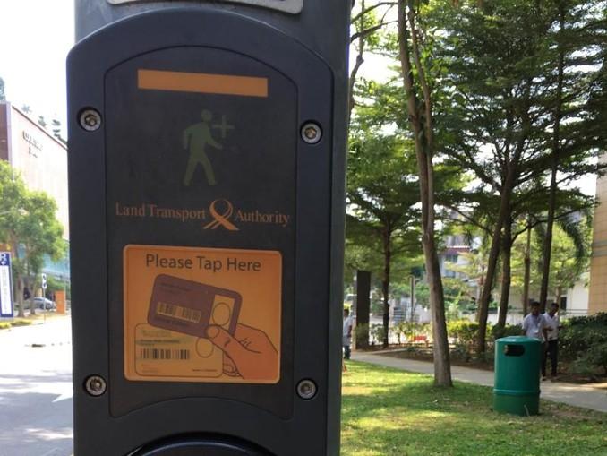 Wer seine elektronische Seniorenkarte an eine Fußgängerampel hält, hat zwischen drei und zwölf Sekunden länger grün.