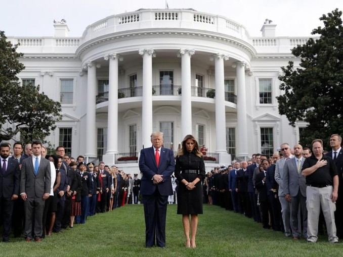 Donald Trump legt gemeinsam mit Ehefrau Melania Trump und Gästen eine Schweigeminute vor dem Weißen Haus zum 18. Jahrestag der Terroranschläge ein. /AP