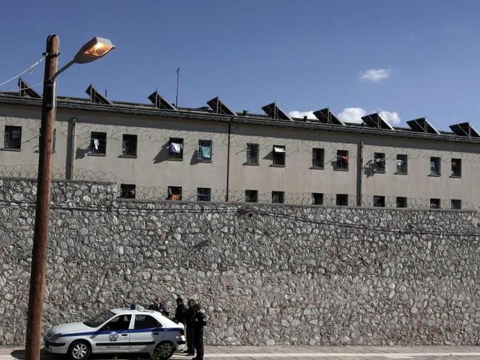 Polizeibeamte stehen vor dem zentralen griechischen Gefängnis Korydallos nahe Athen. Dorthin soll der auf Mykonos verhaftete Mann gebracht worden sein. /epa/Archiv