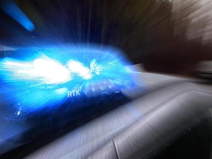 Ein Streifenwagen mit Blaulicht. /dpa