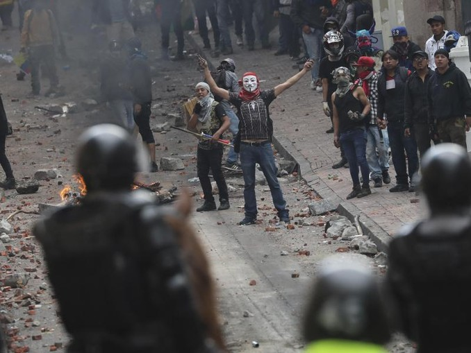 Polizisten und Demonstranten stoßen bei dem Protest gegen Präsident Moreno und dessen Wirtschaftspolitik zusammen. /AP/dpa