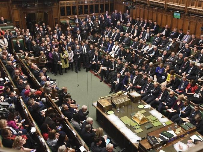 Abgeordnete sitzen im britischen Unterhaus und debattieren über den Brexit. /AP/dpa