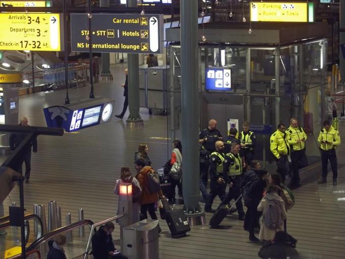 Polizisten am Mittwochabend bei dem Einsatz am Flughafen Schiphol. /AP/dpa