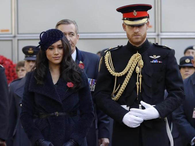 Meghan (l), Herzogin von Sussex, und der britische Prinz Harry, Herzog von Sussex, besuchen die Gedenkstätte «Field of Rememberance» an der Westminster Abbey. /AP POOL/dpa