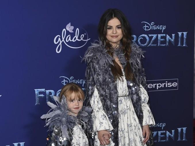 Hand in Hand auf dem roten Teppich:Selena Gomez und ihre Halbschwester Schwester Gracie Elliot. /Invision/AP/dpa