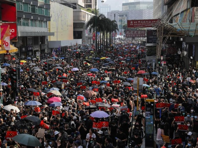 Seit dem 9. Juni demonstrieren die Hongkonger gegen die eigene Regierung. Sie kritisieren einen wachsenden Einfluss der Pekinger Führung auf die ehemalige britische Kronkolonie. /AP/dpa