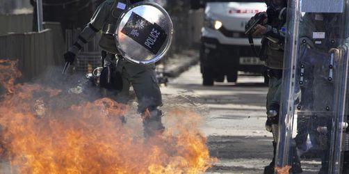 Polizist bei Protesten in Hongkong mit Pfeil getroffen