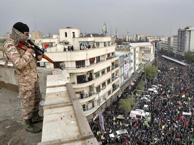 Ein Soldat sichert eine regierungsfreundliche Kundgebung. Die Kundgebung wurde von den Behörden organisiert mit dem Ziel die gewalttätigen Proteste der vergangenen Woche wegen einer Benzinpreiserhöhung zu verurteilen. /AP/dpa