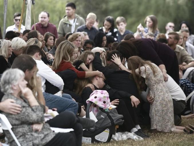 Angehörige und Freunde nehmen an der Beerdigung der getöteten Mormonenfamilienmitglieder in Mexiko teil. /AP/dpa
