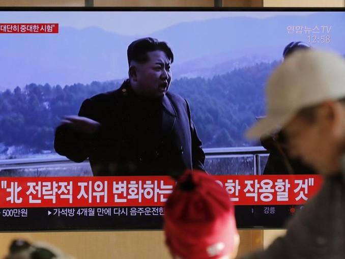 Auf einem Bildschirm in Südkoreas Hauptstadt Seoul laufen Archivbilder von Kim Jong Un. /AP/dpa