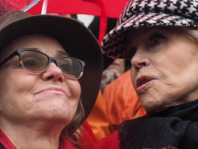 Sally Field (l) und Jane Fonda beim «Fire Drill Fridays»-Protest in Washingston. /ZUMA Wire/dpa