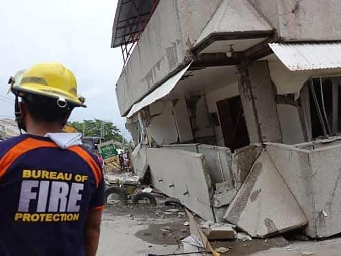 Im Ort Padada stürzten Gebäude ein. /AP/dpa