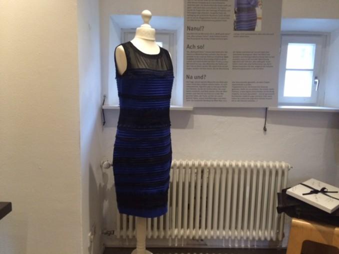 Kleid diskussion schwarz blau