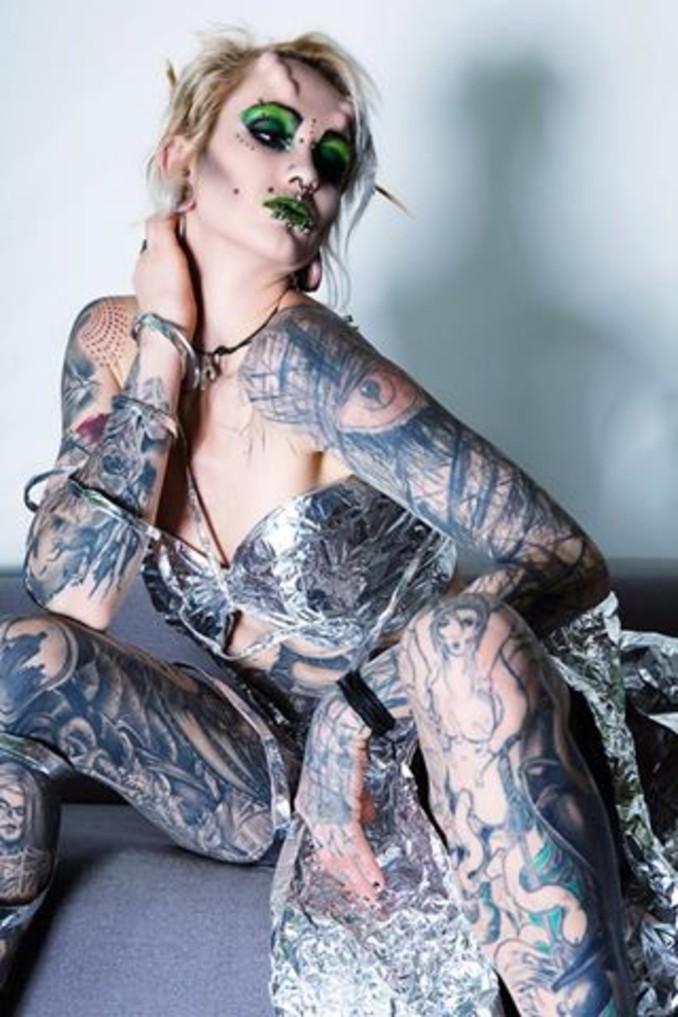 tattoomodel suma zeigt ihre k rperkunst antenne bayern. Black Bedroom Furniture Sets. Home Design Ideas