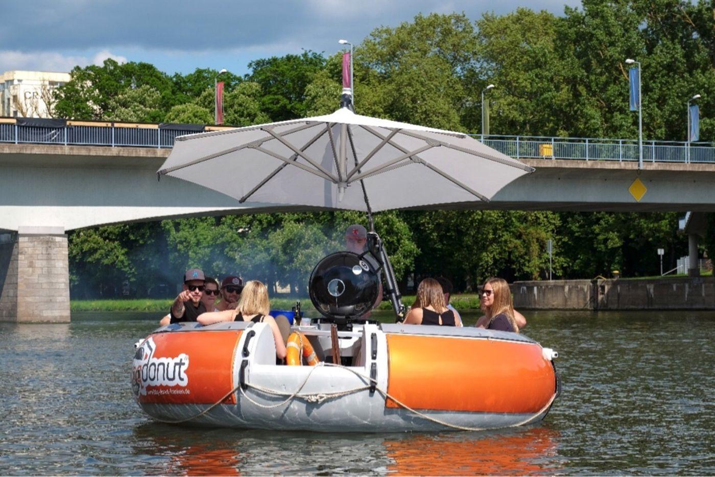 neues barbecue vergn gen in schweinfurt auf dem main schwimmen jetzt grillboote antenne bayern. Black Bedroom Furniture Sets. Home Design Ideas