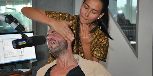 Stefan Meixner bekommt Ohrfeigen-Massage