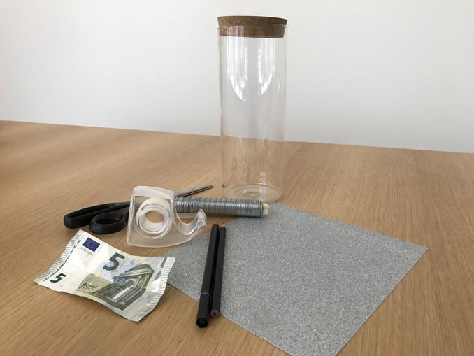 Alles was man für das originelle Geldgeschenk braucht: Glitzerpapier, Filzstift, geeignetes Glas, Draht, Schere, Glitzerpapier und natürlich Geldscheine