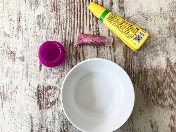 Alles was man für den selbstgemachten Glitzerschleim braucht: Waschmittel, Kleber, Glitzer und eine Schüssel