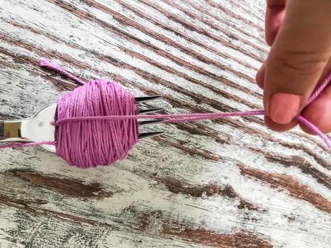 DIY: Pompoms. Kurzes Stück Wolle verknoten