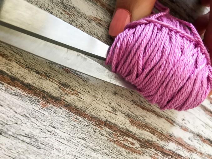 DIY: Pompoms. Wolle von Gabel nehmen und aufschneiden